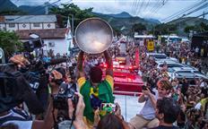 Gabriel Medina Welcomed by Massive Crowds in Brazil